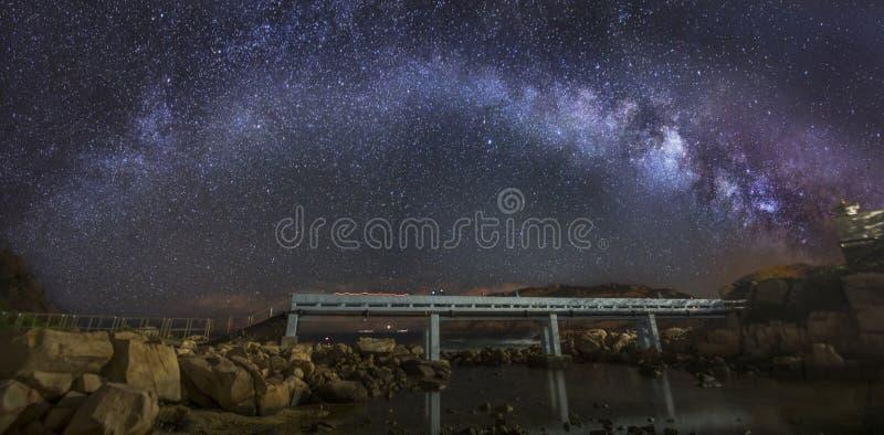 Via Lattea curva sopra un ponte immagine stock