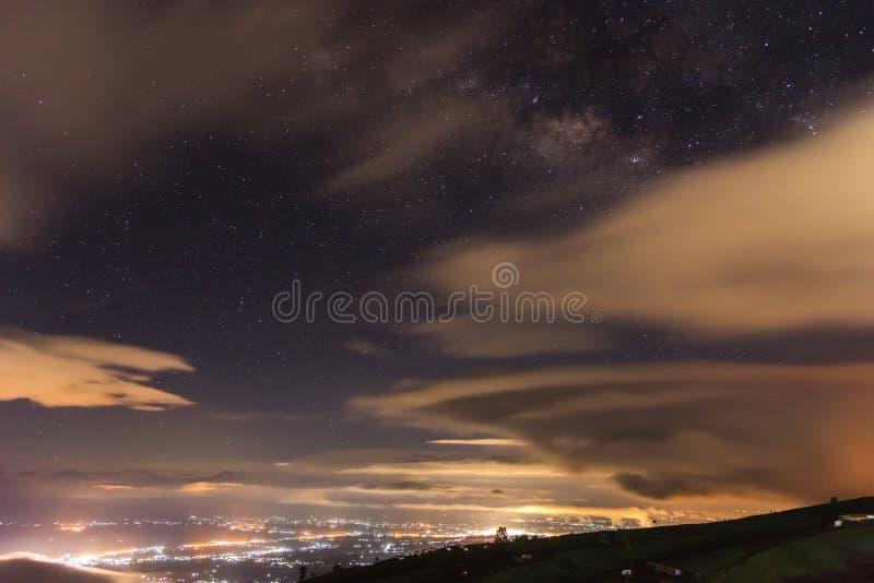 Via Lattea del paesaggio della montagna in Tailandia a Phu Thap Boek fotografia stock libera da diritti