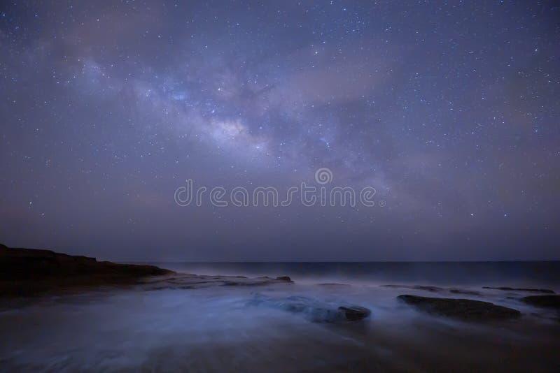 Via Lattea dello spazio cosmico e colpo dell'universo dalle isole hawaiane fotografia stock libera da diritti