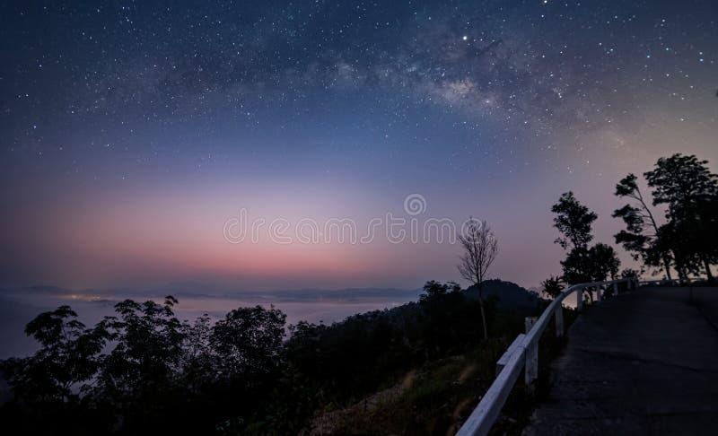 Via Lattea e primo mattino della nebbia prima di alba, l'11 marzo 2019, Khao Khai Nui, Phatthalung, Tailandia immagini stock