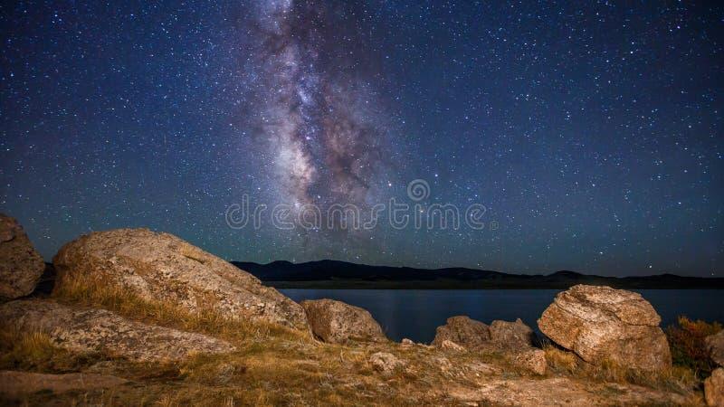 Via Lattea e stelle con la vista del lago fotografia stock