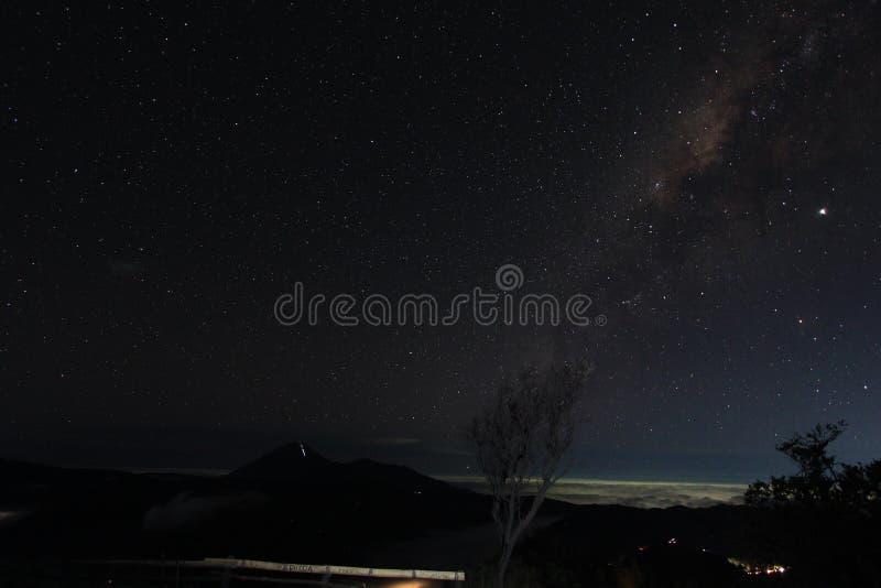 Via Lattea nel cielo del supporto Bromo, East Java, Indonesia immagini stock