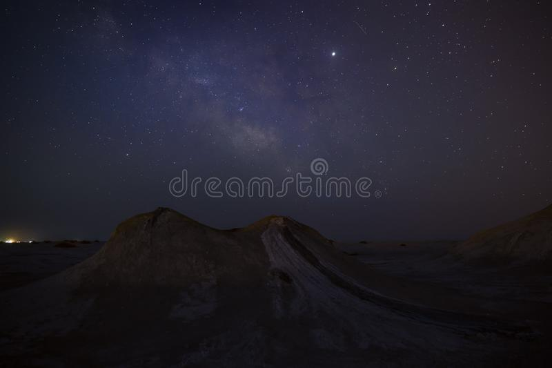 Via Lattea sopra i vulcani del fango fotografia stock