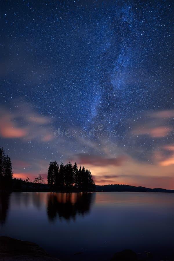 Via Lattea sopra il lago fotografia stock