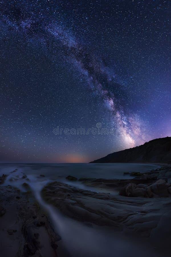 Via Lattea sopra il mare fotografie stock libere da diritti