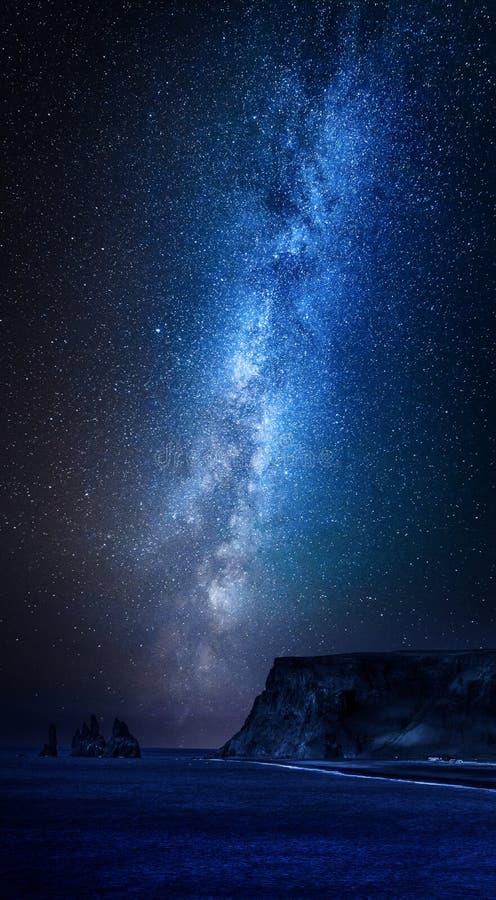 Via Lattea sopra la spiaggia di sabbia nera alla notte, Islanda fotografie stock