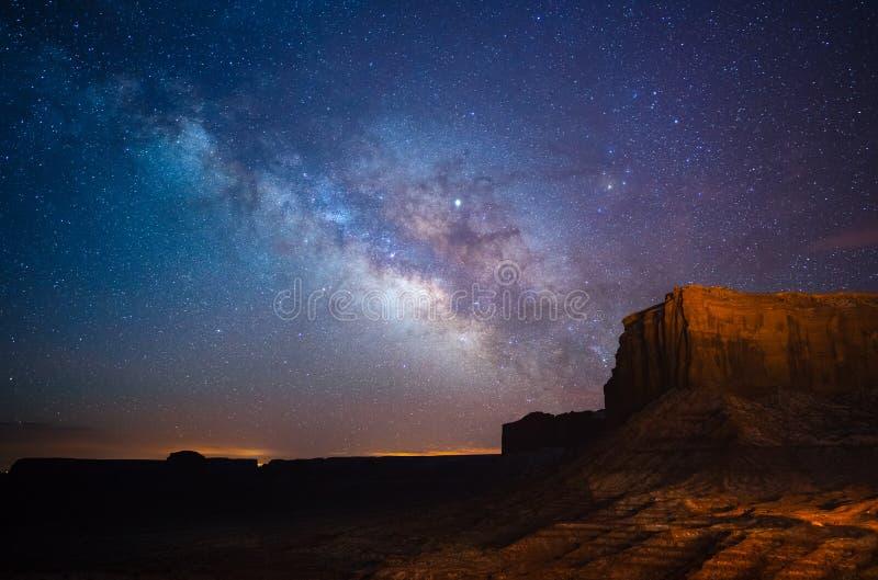 Via Lattea sopra la valle del monumento, Utah, U.S.A. immagini stock libere da diritti