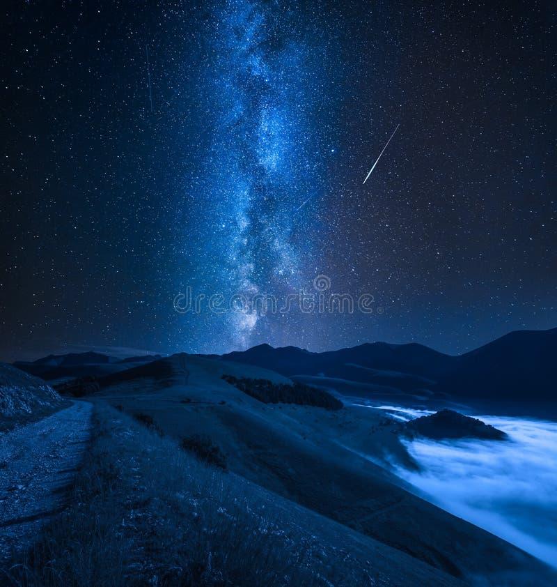 Via Lattea sopra la valle nebbiosa nel Castelluccio, Umbria, Italia fotografia stock libera da diritti
