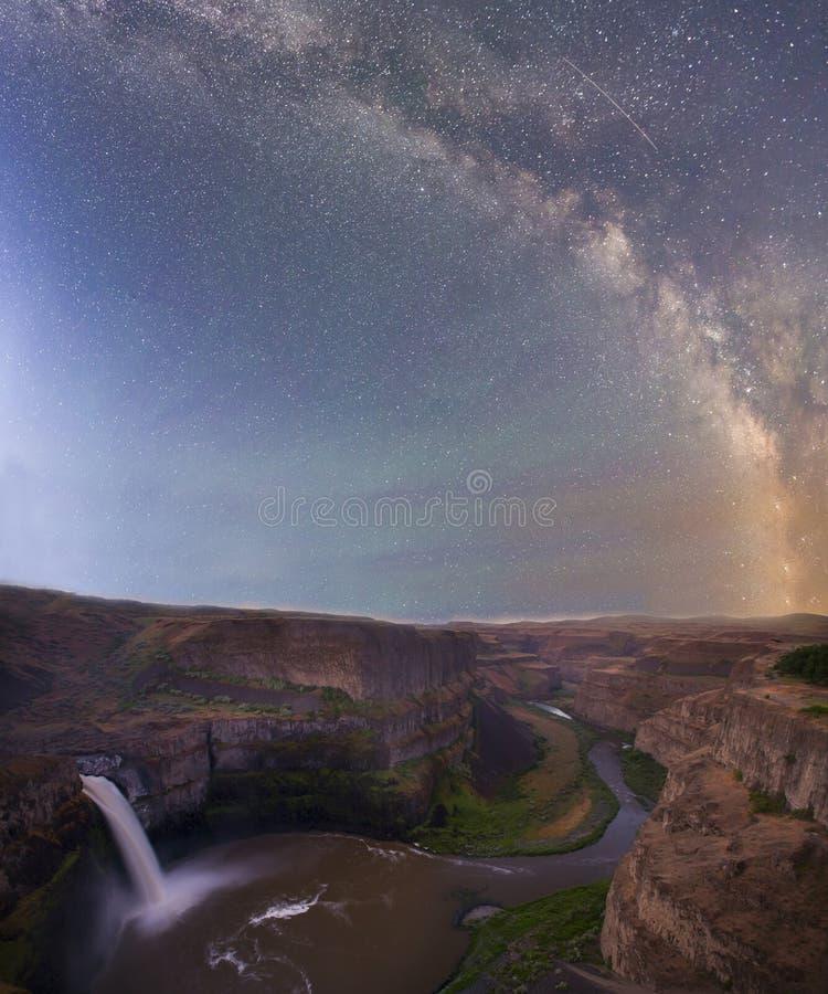 Via Lattea sopra le cascate immagini stock