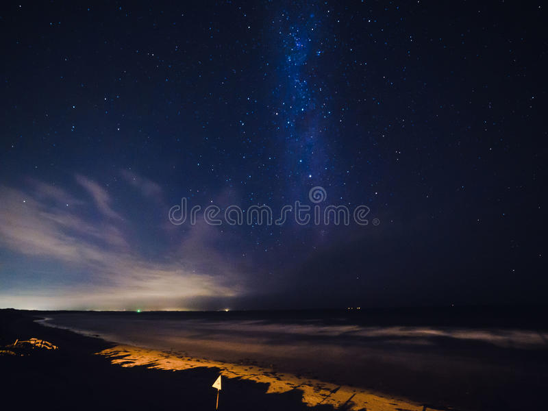 Via Lattea sopra una spiaggia in Australia fotografie stock