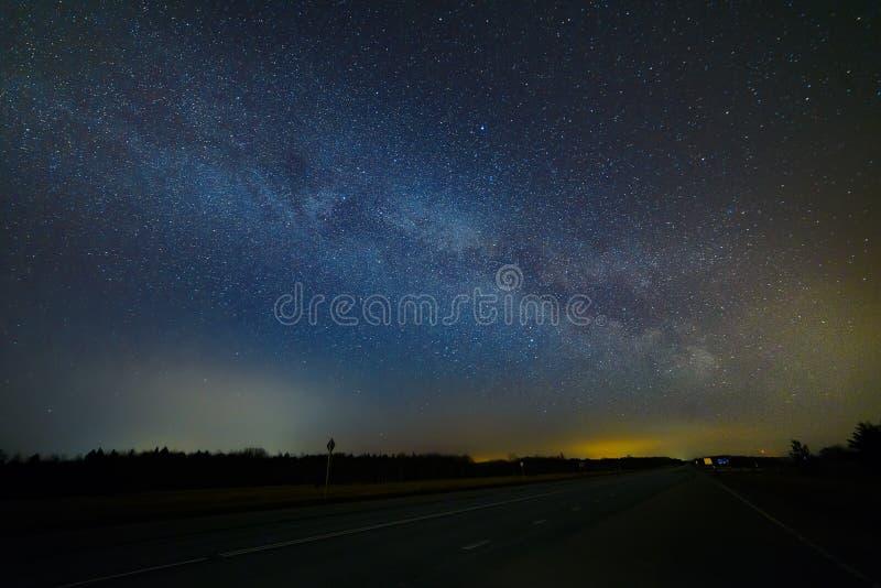 Via Lattea sulla strada immagini stock