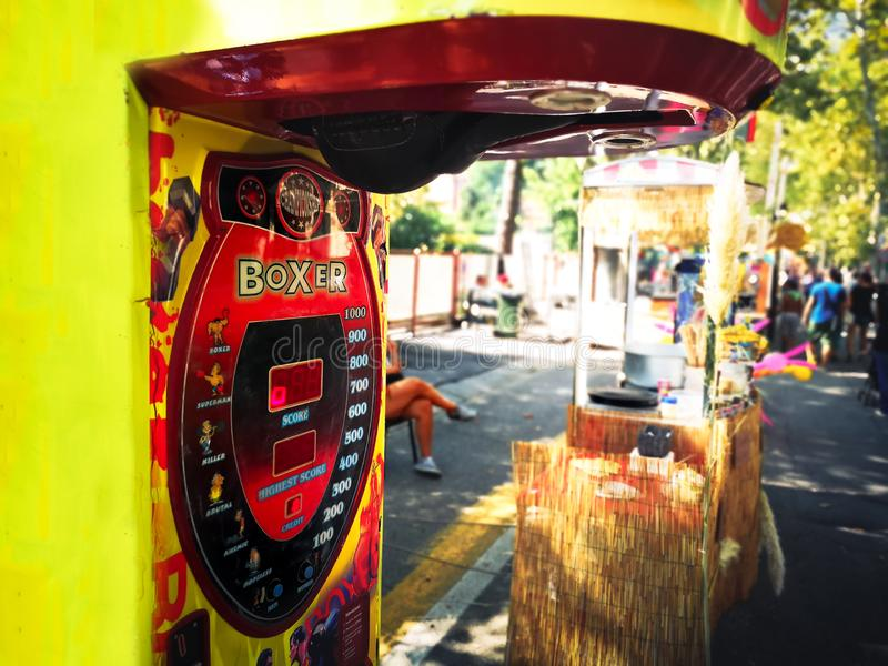 Via Luna Park giusta della macchina del sacco da pugile della galleria della borsa di velocità di pugilato della perforazione fotografie stock libere da diritti