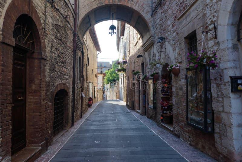 Via medievale nella città italiana della collina di Assisi immagine stock