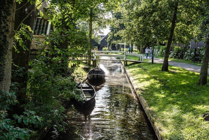 Via navegável e casa de campo na vila nos Países Baixos foto de stock royalty free