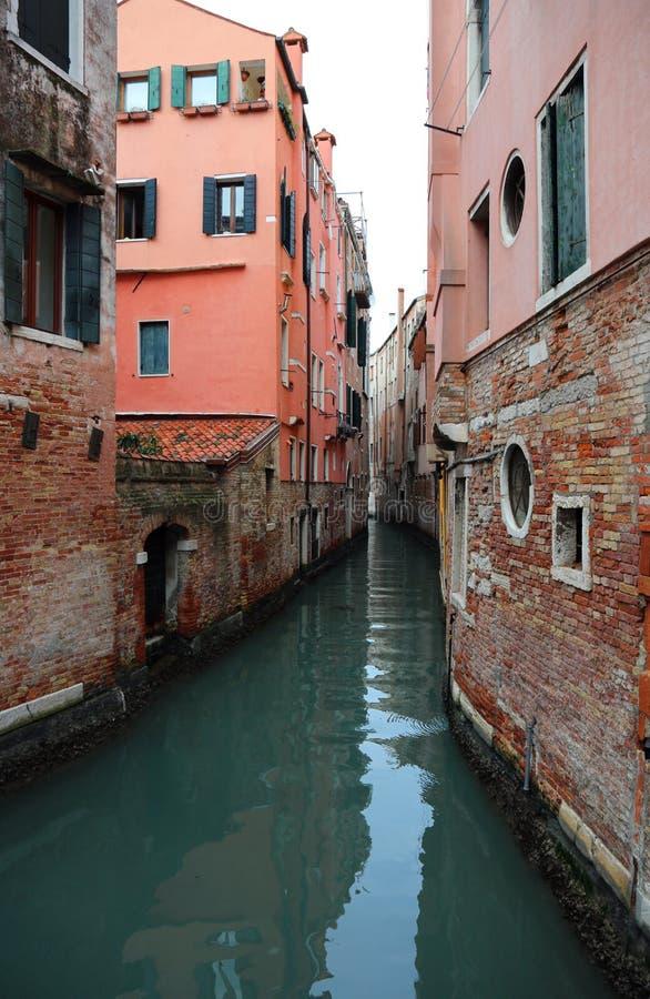Via navegável estreita em Veneza em Itália foto de stock