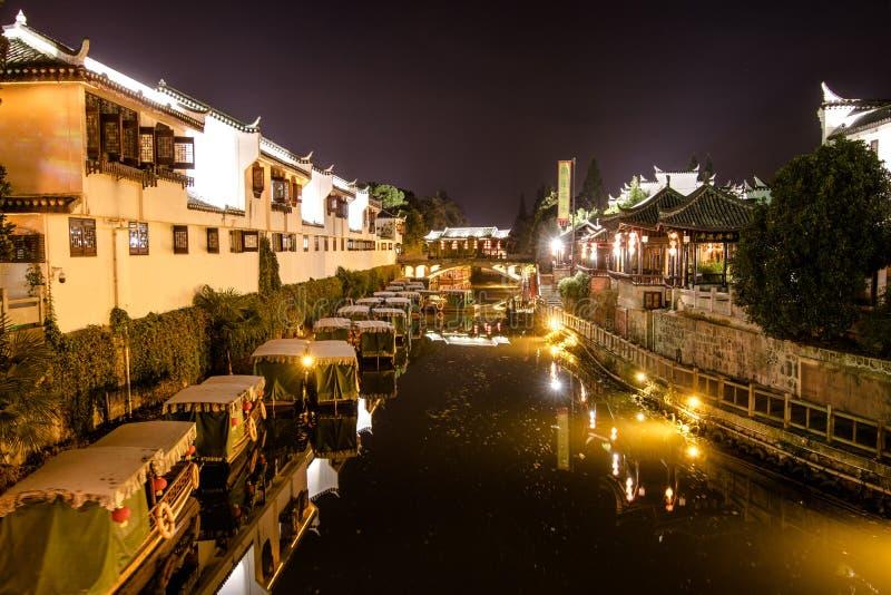 Via navegável histórica de China na noite imagens de stock