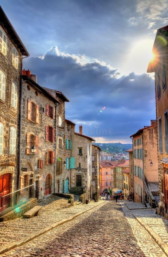 Via nel centro storico di Le Puy-en-Velay fotografia stock libera da diritti