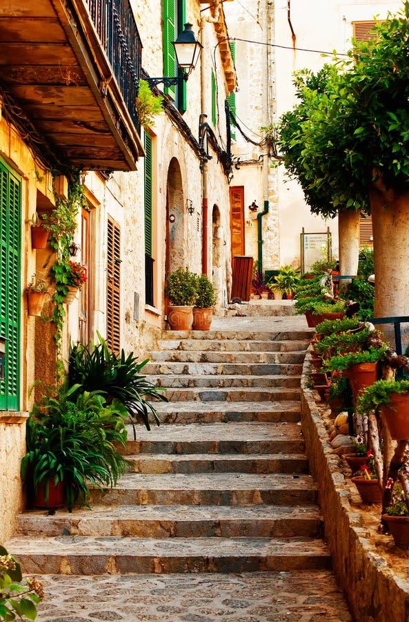 Via nel villaggio di Valldemossa in Mallorca fotografie stock libere da diritti