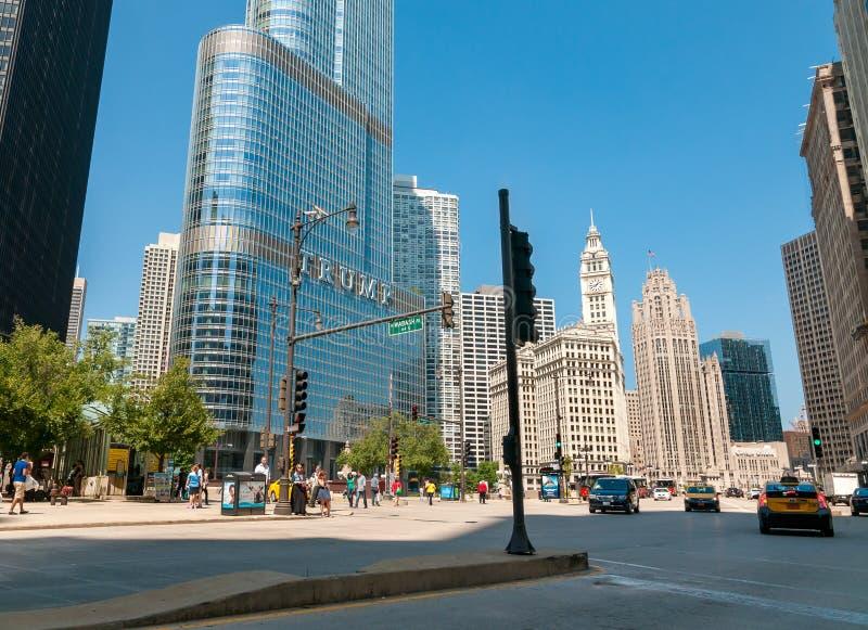 Via nella città di Chicago con l'edificio della torre e di Wrigley di Trump sul fondo, Chicago, U.S.A. fotografia stock libera da diritti