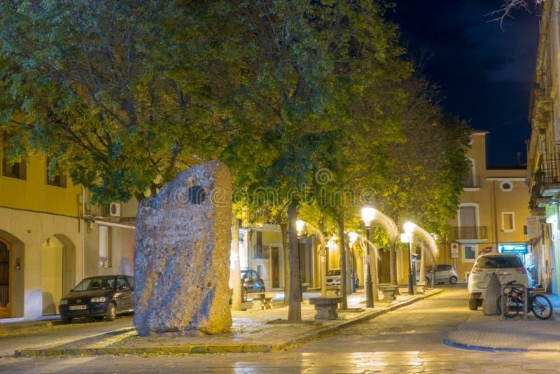 Via notturna illuminata di vista con il monumento fotografie stock libere da diritti