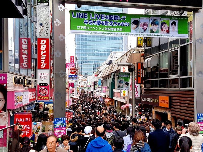 Via occupata di Takeshita la domenica Tokyo, Giappone fotografia stock libera da diritti