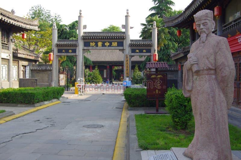 Via pedonale della porta dell'istituto universitario di Xi'an fotografia stock