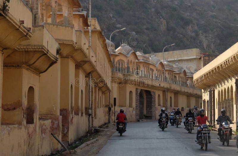 Via in pieno dei motociclisti che conducono a Jaipur fotografia stock libera da diritti