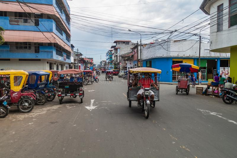 Via in pieno dei mototaxis in Iquitos, Perù fotografia stock