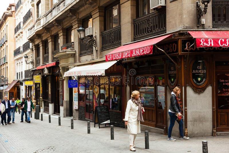 Via pittoresca con il caffè spagnolo tipico a Madrid fotografia stock