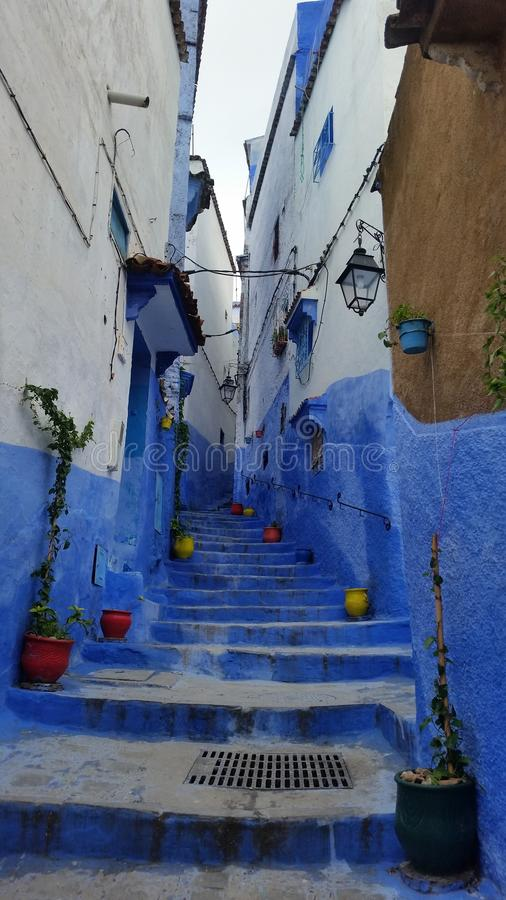 Via pittoresca nella città blu di Chefchaouen, Marocco fotografie stock libere da diritti