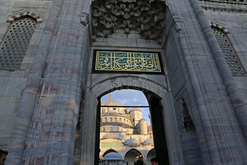 Via principal azul da mesquita fotos de stock
