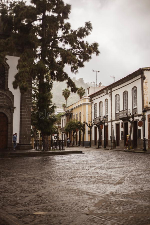 Via principale con le case delle isole Canarie tipiche in isole Canarie Spagna di Teror Gran Canarias fotografia stock libera da diritti