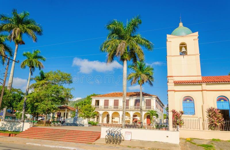 Via principale del cubano Vinales con la chiesa, Cuba fotografia stock
