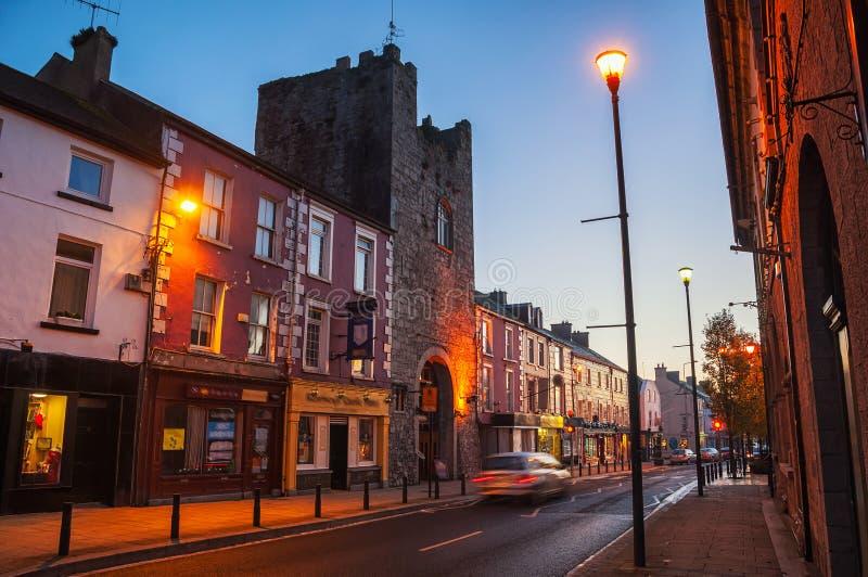Via principale di Cashel, Irlanda alla notte immagini stock