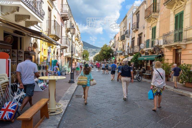 Via principale di visita dei turisti della città di Lipari immagini stock libere da diritti