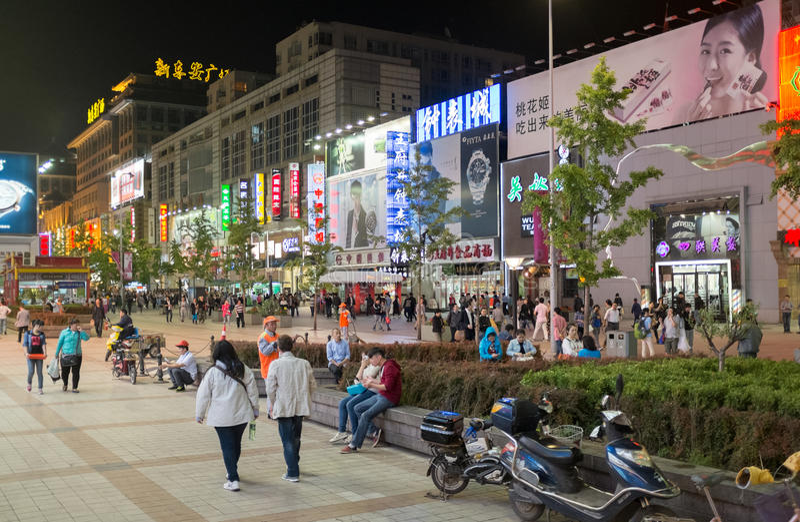 Via principale di Wangfujing alla notte a Pechino, Cina fotografia stock libera da diritti