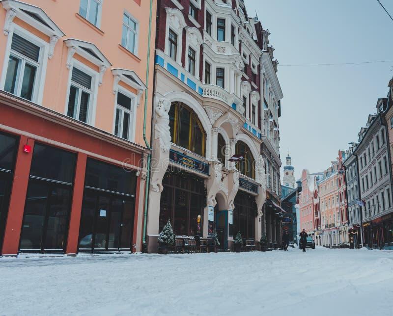 Via principale nel centro di Riga durante l'orario invernale immagine stock