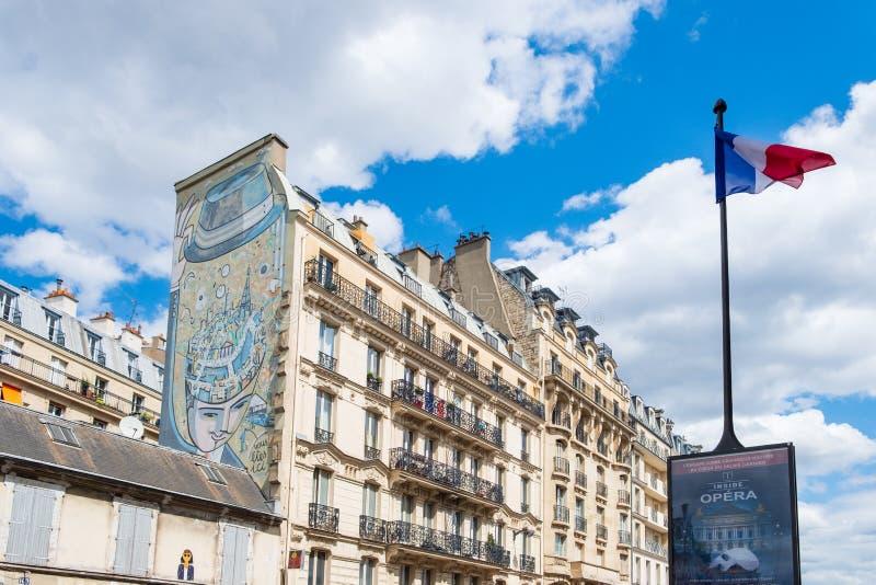 Via residenziale di Parigi con le costruzioni di appartamento tradizionali dentro fotografia stock libera da diritti