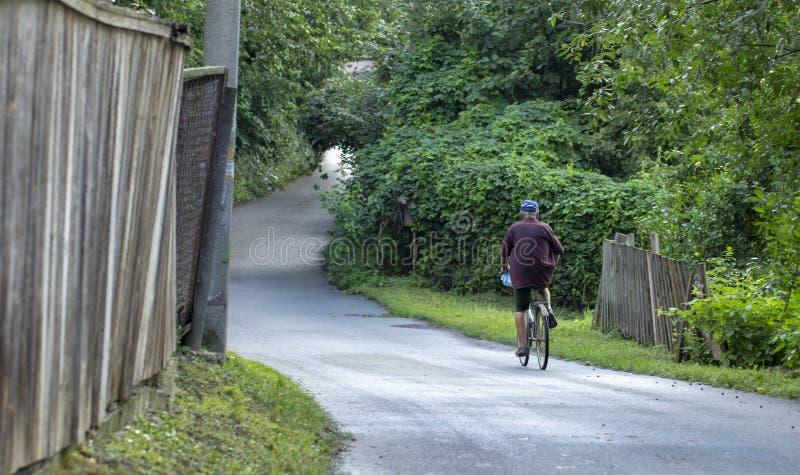 Via rurale molto stretta nel villaggio di Stary Petrovtsi, regione di Kiev, Ucraina fotografie stock