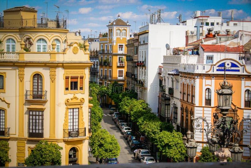Via, sole e cielo blu tipici di Siviglia fotografie stock libere da diritti