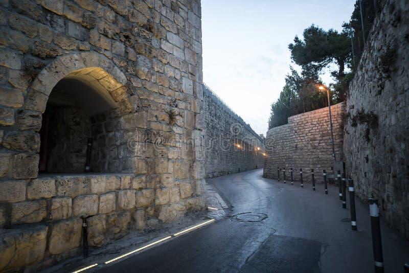 Via stretta antica ed architettura lapidata tipica nel quarto ebreo in vecchia città di Gerusalemme, Israele Vecchie pareti di pe fotografia stock