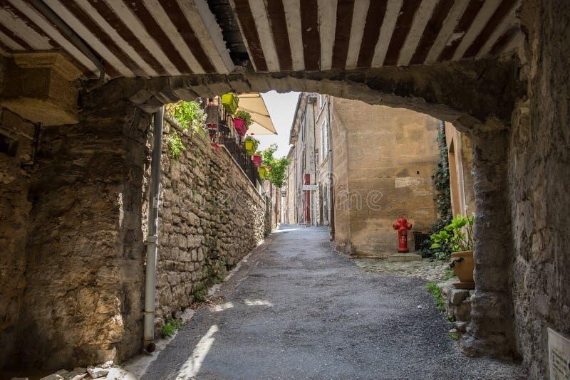 Via stretta con le case antiche al bello piccolo villaggio Bonnieux in Provenza fotografia stock libera da diritti