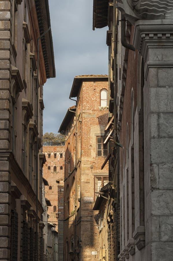 Via stretta con le case italiane tipiche a lucca toscana for Case italiane
