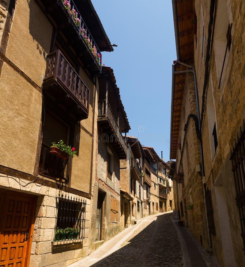 Via stretta con le case tipiche in Frias Burgos fotografia stock