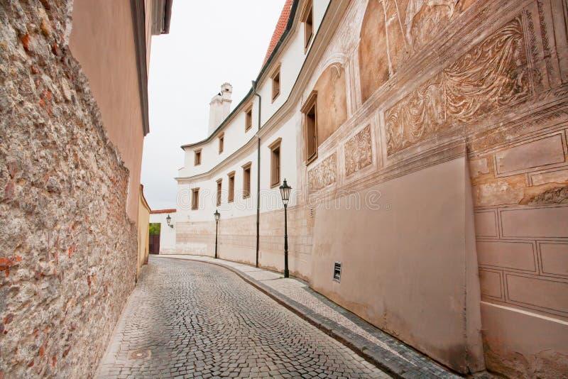 Via stretta con le vecchie case di pietra e le lampade all for Case alla moda