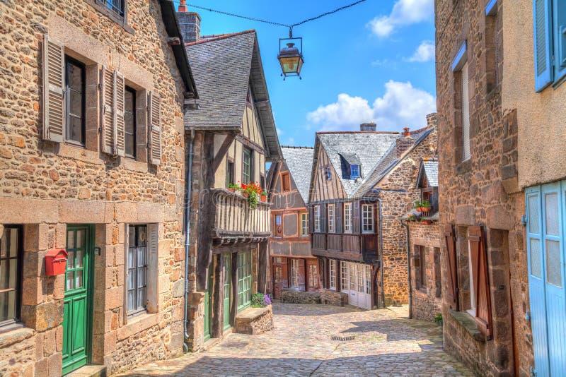 Via stretta con le vecchie case tradizionali in Dinan fotografie stock