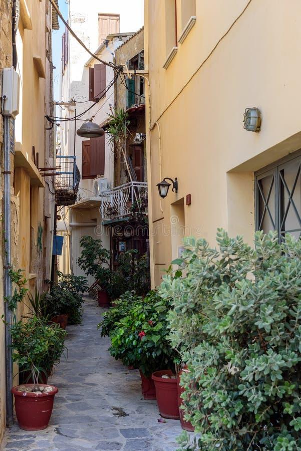 Via stretta di vecchia città di Chania sull'isola di Creta, Grecia immagini stock