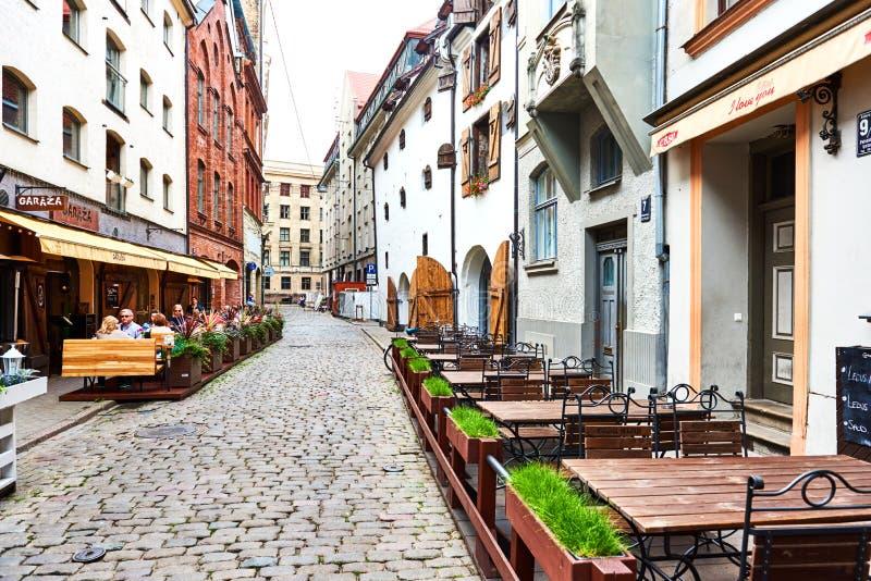 Via stretta di vecchia Riga fotografie stock libere da diritti