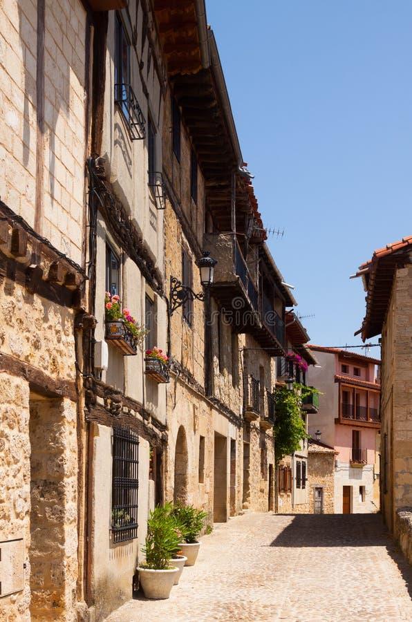 Via stretta in Frias Burgos immagini stock