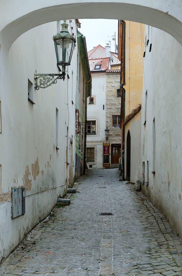Via stretta nel centro storico di Cesky Krumlov, repubblica Ceca fotografia stock
